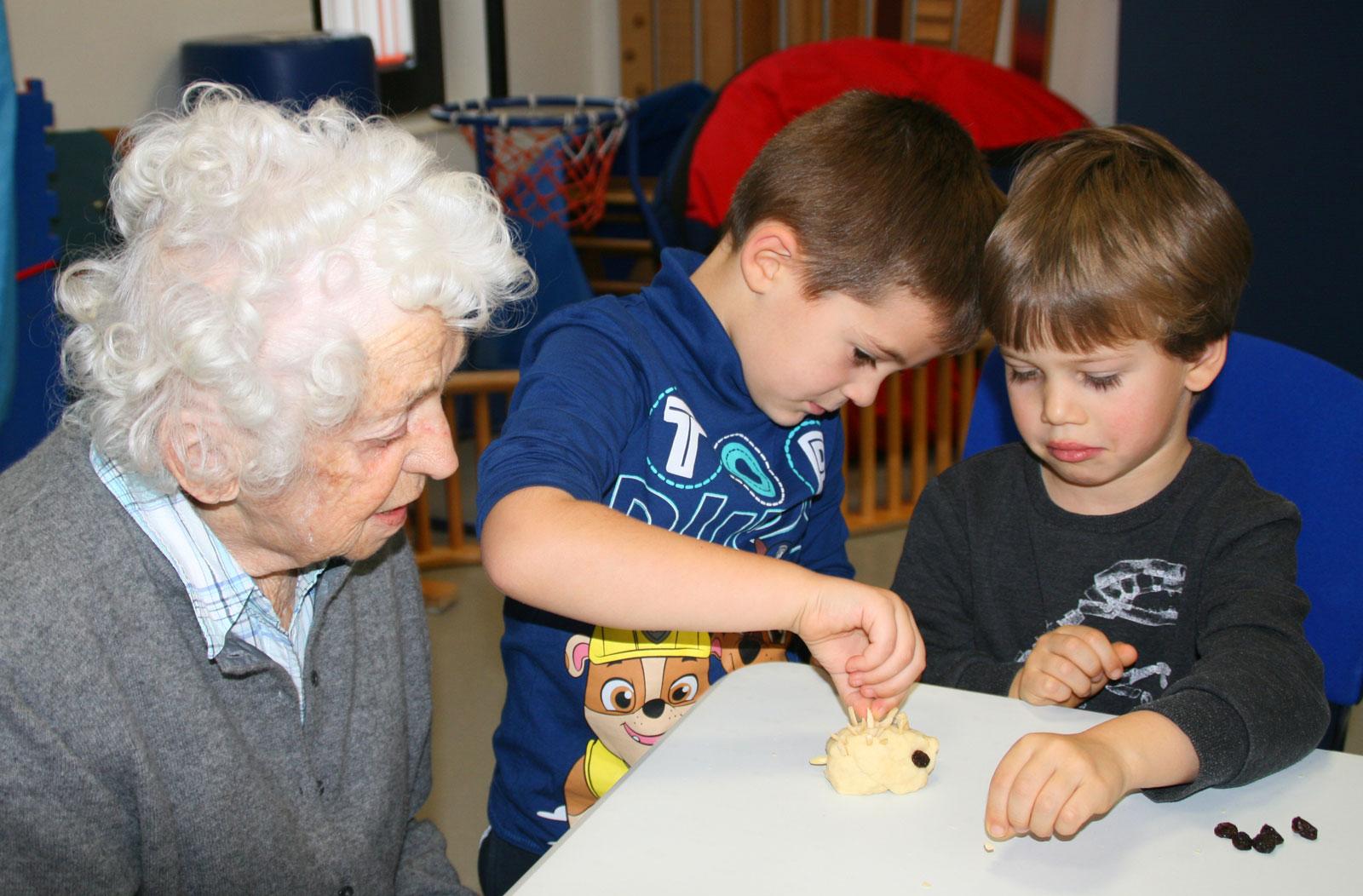 Weihnachtsgeschenke für Senioren von den Baldhof-Kindern - Lebenshilfe