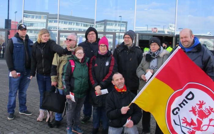 UWO-Gruppe der Lebenshilfe Neuss vor dem ISS Dome Düsseldorf